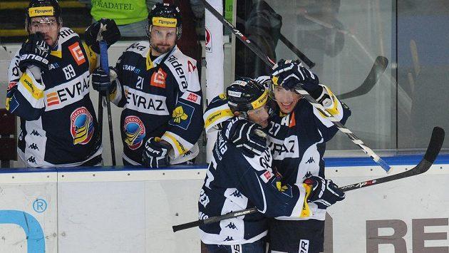 Hokejisté Vítkovic se radují ze vstřeleného gólu - ilustrační foto.