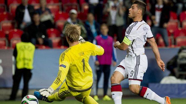 Kapitán Německa Kevin Volland (vpravo) střílí gól brankáři Dánska Jensenovi.