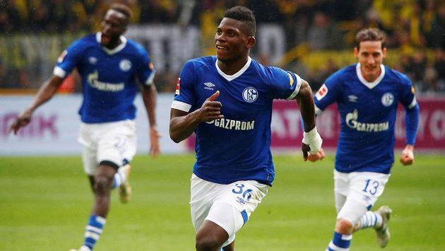 Breel Embolo (uprostřed) se spoluhráči ze Schalke slaví gól v derby proti Dortmundu.