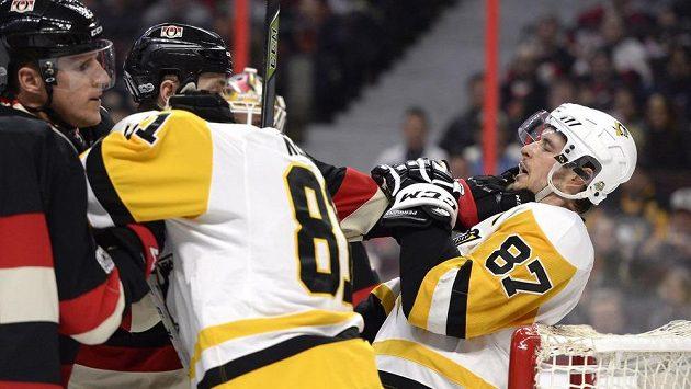 Hokejista Ottawy Senators Zack Smith (15) šel srovnat hvězdu Pittsburghu Sydneyho Crosbyho poté, co hvězda Tučňáků sekla soupeře a způsobila mu ošklivé zranění.