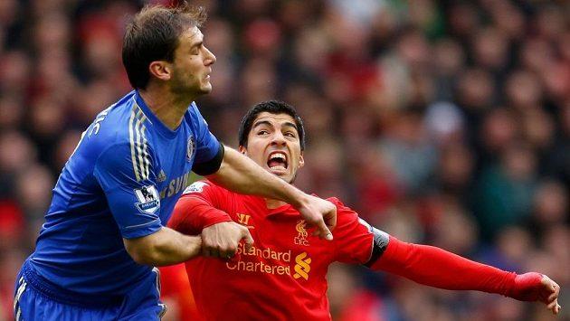Rozzuřený Luis Suárez (v červeném) kousl zadáka Chelsea Branislava Ivanoviče.