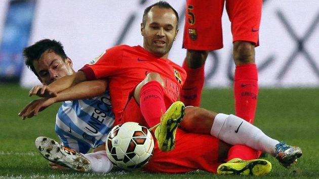 Záložník Barcelony Andrés Iniesta (vpravo) bojuje o míč s Juanpim z Málagy.