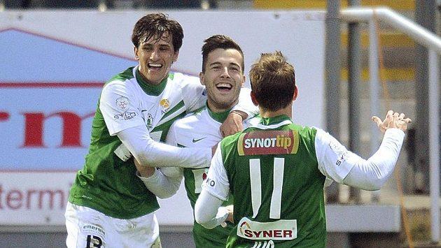 Autor gólu Martin Pospíšil (uprostřed) z Jablonce se raduje se spoluhráči Ruslanem Mingazovem (vlevo) a Tomášem Junem.