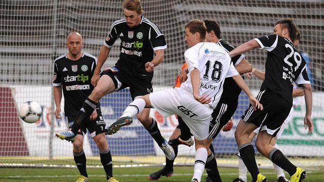 Příbramský obránce Milan Mišůn (vlevo) bojuje o míč s hradeckým Tomášem Hájkem.