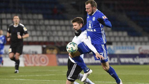 Zleva Pavel Dreksa z Karviné a Martin Sladký z Olomouce.