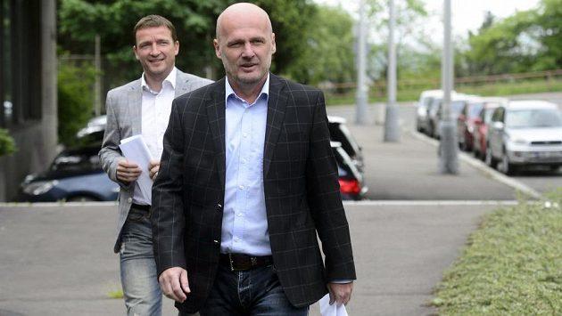 Trenér fotbalové reprezentace Michal Bílek (vpravo) a manažer mužstva Vladimír Šmicer před kvalifikačním utkáním s Itálií.