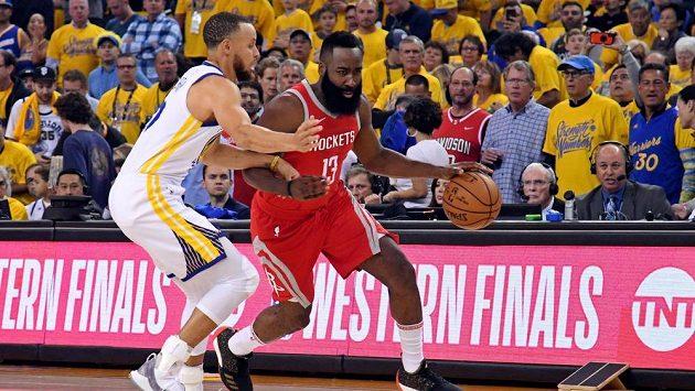 Stephen Curry (vlevo) z Golden State se snaží zastavit hvězdu Houstonu Jamese Hardena.