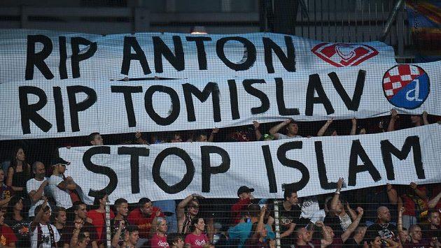 Fanoušci Sparty s transparentem při utkání v Mladé Boleslavi.