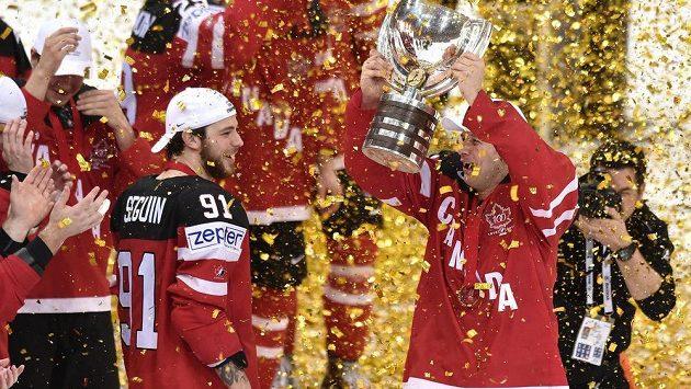 Kanaďan Jason Spezza s trofejí pro mistry světa.