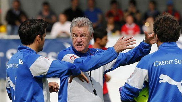 Trenér švýcarského národního týmu Hitzfeld uděluje na tréninku hráčům pokyny.