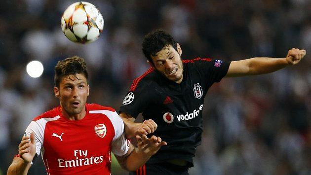 Pedro Franco z Besiktase Istanbul (vpravo) bojuje o míč s útočníkem Arsenalu Olivierem Giroudem v úvodním utkání play off Ligy mistrů.