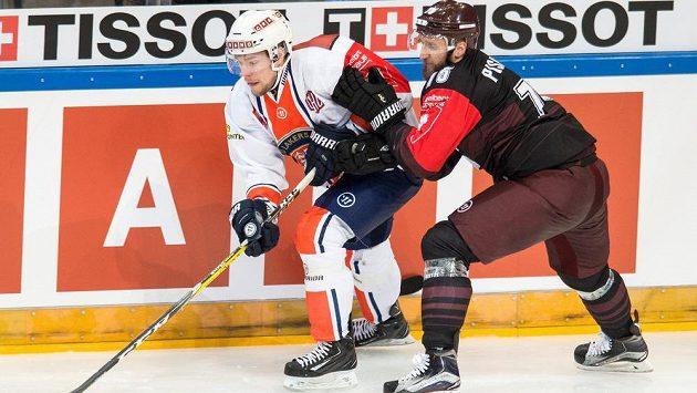 Robert Rosén z Växjö a Jan Piskáček (vpravo) ze Sparty během odvetného utkání semifinále hokejové Ligy mistrů. Ilustrační snímek.