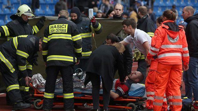 Záchranáři oživují po utkání Ostravy s Mladou Boleslaví fanouška Baníku, který zkolaboval.