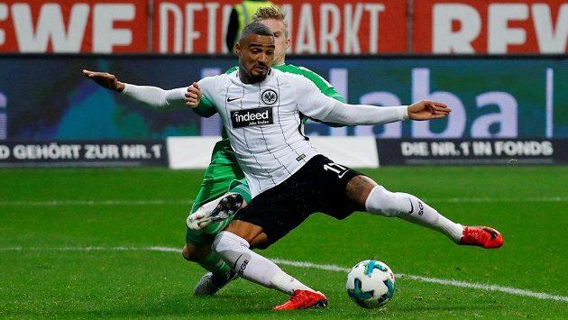 Kevin-Prince Boateng z Frankfurtu střílí první gól duelu.