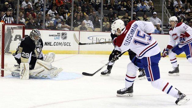 Tomáš Fleischmann (15) střílí vítězný gól Montrealu na ledě Pittsburghu.
