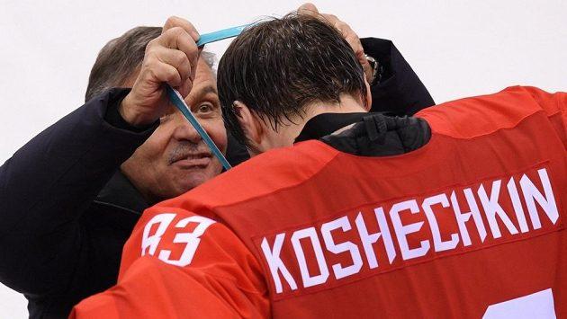 Prezident IIHF René Fasel předává na letošní zimní olympiádě v Pchjongčchangu zlatou medaili ruskému hokejovému brankáři Vasiliji Košečkinovi.