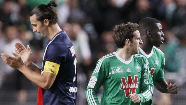 Útočník PSG Zlatan Ibrahimovic (vlevo) ironicky tleská gólu Benjamina Corgneta ze St. Etienne (uprostřed).