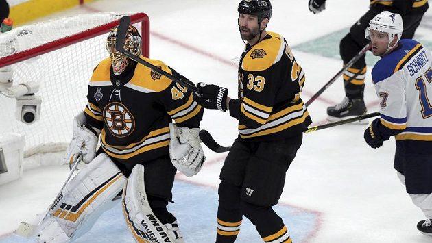 Zdeno Chára (uprostřed) během prvního finálového zápasu mezi Bostonem Bruins a St. Louis Blues. Na fotografii také Tuukka Rask (gólman) a Jaden Schwartz.