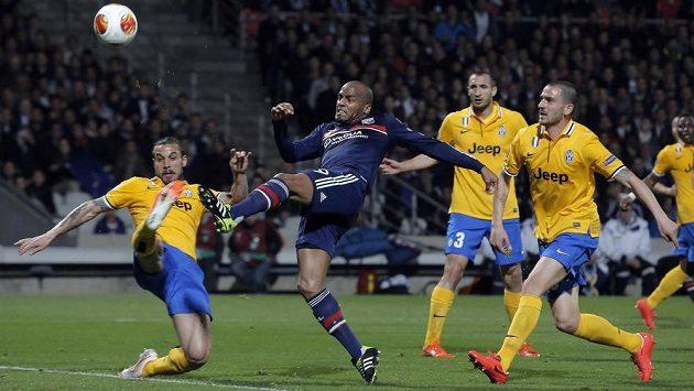 Útočník Lyonu Jimmy Briand (druhý zleva) se snaží dostat ke střele přes obránce Juventusu Pabla Osvalda (první zleva) v úvodním čtvrtfinálovém utkání Evropské ligy.