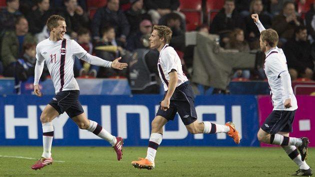 Morten Gamst Pedersen (vlevo) se se svými spoluhráči raduje z gólu.