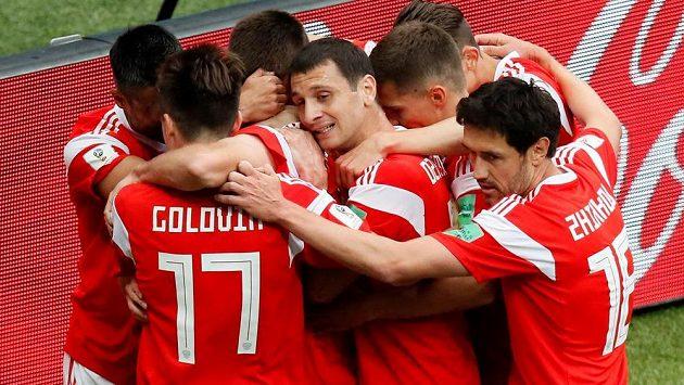 Ruské veselí. Fotbalisté Ruska šli v zahajovacím utkání mistrovství světa proti Saúdské Arábii rychle do vedení.