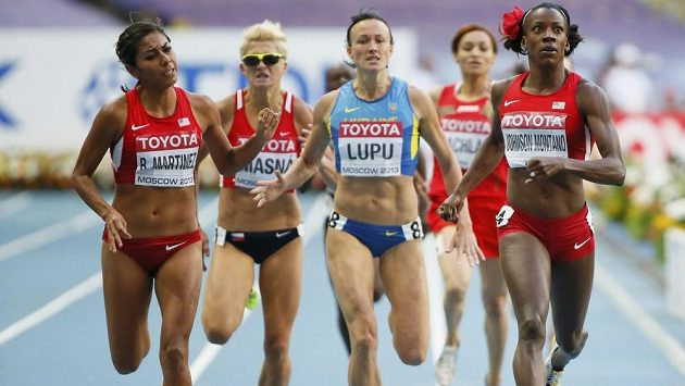 Lenka Masná (druhá zleva) dobíhá do cíle semifinálového běhu na 800 metrů.
