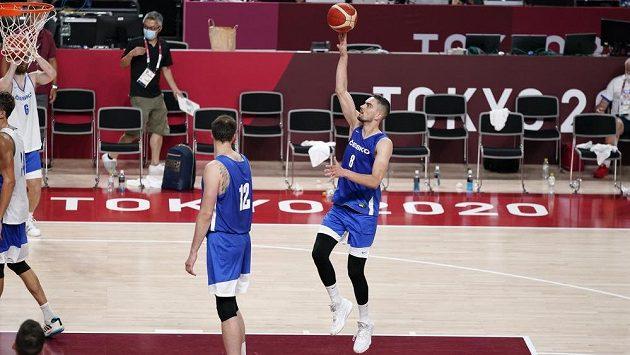 Český basketbalista Tomáš Satoranský s míčem během tréninku v dějišti OH.