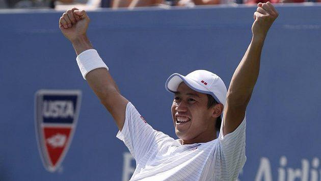 Kei Nišikori slaví postup do finále US Open přes Novaka Djokoviče.