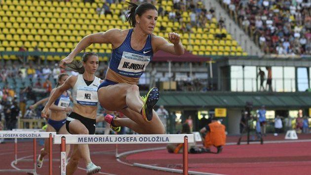 V závodu na 400 metrů překážek na Memoriálu Josefa Odložila bojují česká běžkyně Zuzana Hejnová a Wenda Nelová z Jihoafrické republiky.