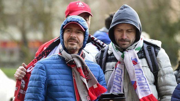 Fanoušci Olomouce před stadionem, kde jejich tým hrál v úterý se Zlínem zápas druhého předkola play off.