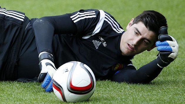 Thibaut Courtois při tréninku belgické reprezentace před zápasem ve Walesu.