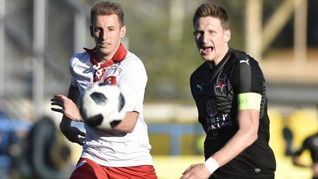 Josef Hnaníček ze Zlína a Milan Škoda ze Slavie během utkání nejvyšší soutěže fotbalistů.