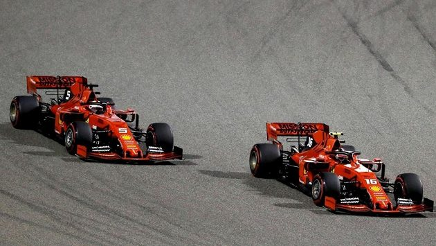Vozy Ferrari na okruhu v Bahrajnu.