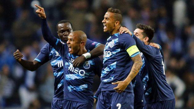 Yacine Brahimi (8) z Porta oslavuje se spoluhráči gól v utkání Ligy mistrů proti Basileji.