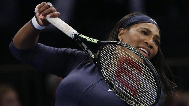 Serena Williams během exhibičního utkání s Caroline Wozniackou.