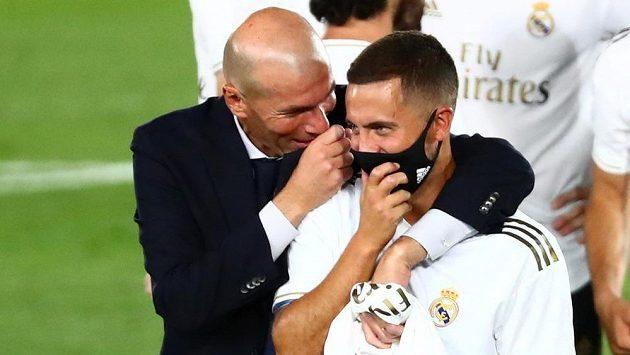 Eden Hazard se s koučem Realu Zinédinem Zidanem raduje z titulu.