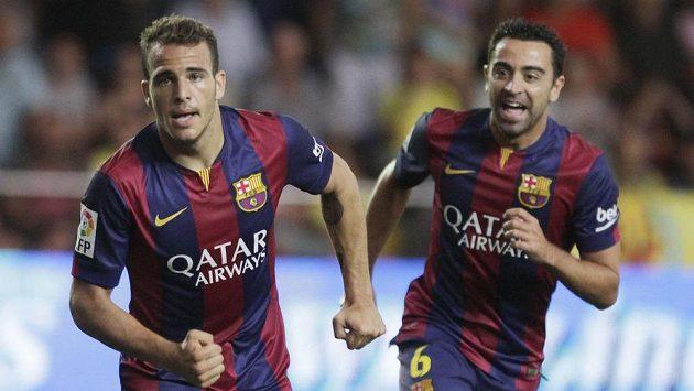 Sandro Ramirez (vlevo) slaví trefu proti Villarrealu, blahopřát mu spěchá spoluhráč z Barcelony Xavi.