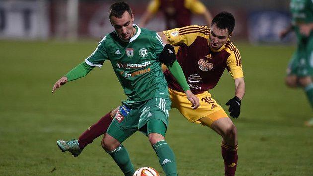 Obránce Dukly Vjačeslav Karavajev (vpravo) se snaží obrat o míč příbramského záložníka Martina Zemana.
