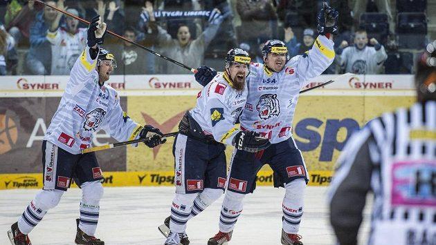 Autor dvou gólů Liberce Martin Bartek (vpravo) a jeho spoluhráč Jan Výtisk (uprostřed) se radují z vítězství nad Spartou.