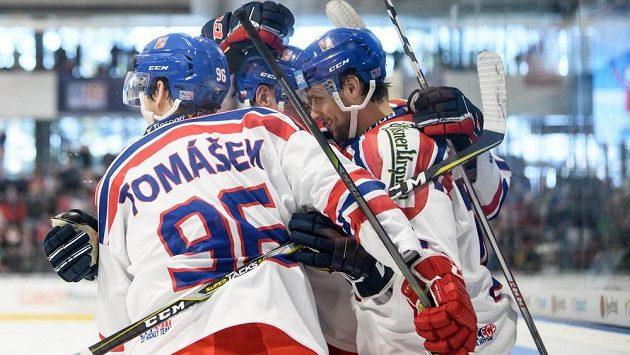Čeští hokejisté oslavují gól do sítě Švýcarska.
