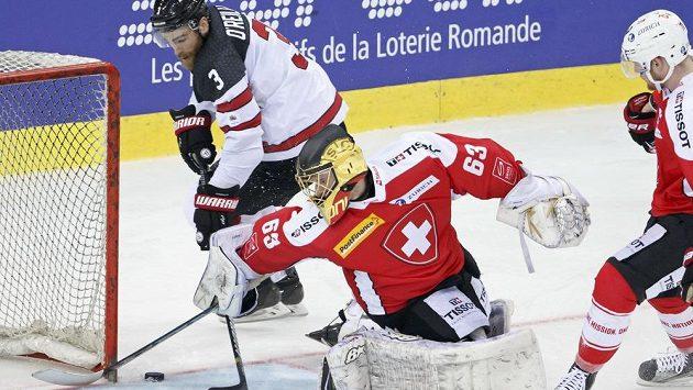 Švýcarský brankář Leonardi Genoni dostává gól od Kanaďana Ryana O´Reillyho v přátelském utkání před MS.