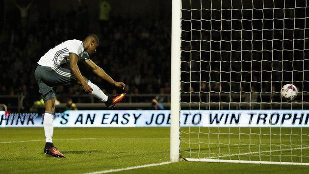 Marcus Rashford z Manchesteru United skóruje proti Northamptonu v utkání Ligového poháru.
