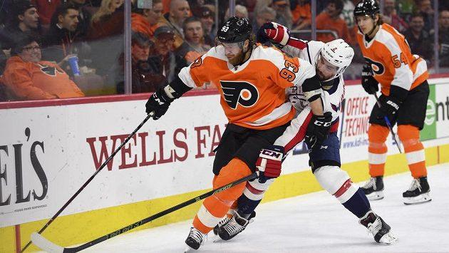 Útočník Philadelphie Flyers Jakub Voráček (vlevo) v souboji Mattem Niskanenem z Washingtonu.