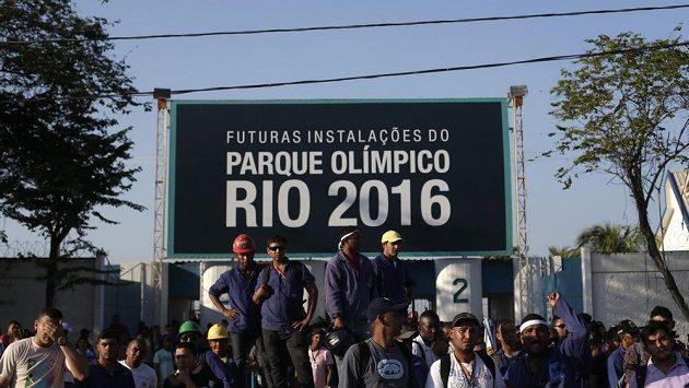 Stávkující dělníci před budoucím olympijským parkem v Riu.