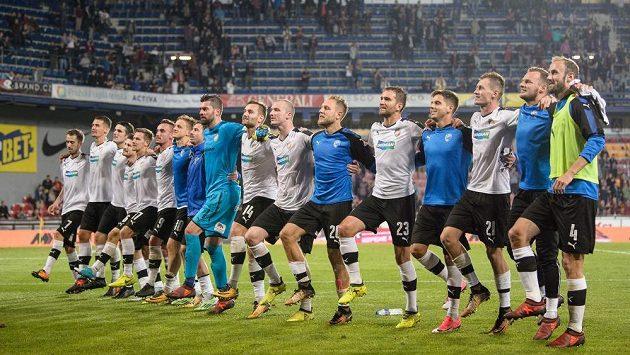 Fotbalisté Viktorie Plzeň oslavují na Letné vítězství nad Spartou.