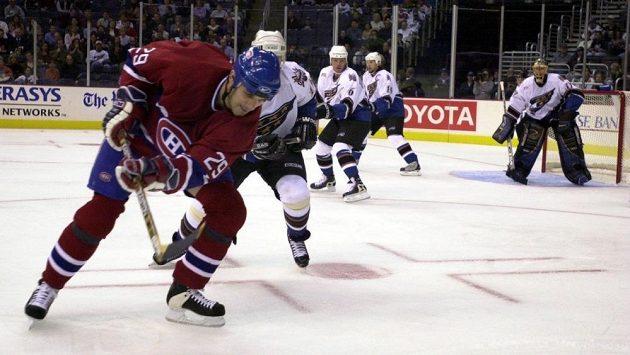 Gino Odjick v dresu Montrealu.