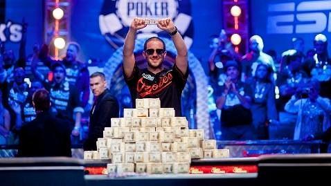 Greg Merson se stal novým světovým šampionem v pokeru. Pokořil více než 6.500 dalších sportovců a kromě balíku peněz má i prestižní zlatý náramek.