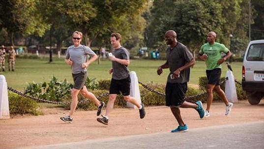 Mark Zuckerberg (uprostřed) při tréninku. Uběhne zakladatel facebooku v roce 2016 365 mil?