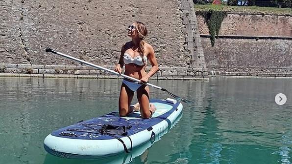 Italská biatlonová hvězda Dorothea Wiererová relaxuje na paddleboardu.
