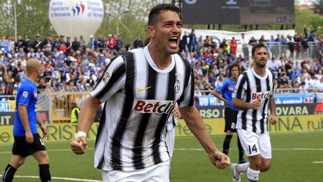 Marco Borriello se raduje poté, co dal za Juventus už druhý gól v utkání s Novarou.